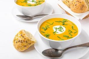 zuppa di carote al curry e crema di fagioli bianchi foto
