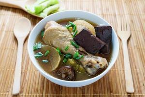 zuppa di pollo cucinata con erbe servire con melone amaro foto