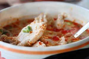zuppa tom yum con pesce. foto