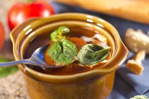 zuppa di pomodoro e basilico foto