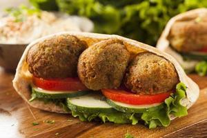 falafel organico in una tasca per pita foto