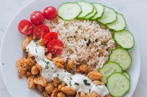 pollo gyros con riso, salsa tzatziki e verdure