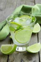 cocktail mojito con lime, menta e ghiaccio foto