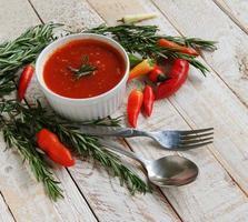 ciotola di salsa piccante di pomodoro con peperoni foto
