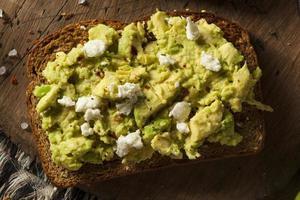 toast di avocado fatto in casa sano