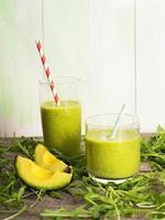 frullato verde fresco con avocado foto