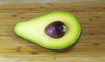 metà dell'avocado foto