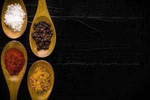 fondo di condimento / condimento / condimento nella priorità bassa del cucchiaio