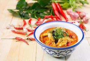 delizioso pollo al curry panang, cibo tailandese, messa a fuoco selezionata foto