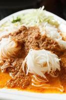 spaghetti di riso in salsa di pesce al curry foto