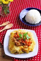 riso, frittata ripiena e tom kha kai, pollo con cocco