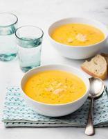 zuppa di zucca e cocco con pollo foto