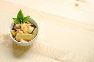 curry rosso con germogli di pollo e bambù, cibo tailandese, thailandia