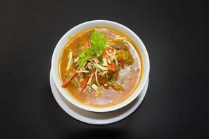 Kaeng appese ley moo o maiale al curry cibo tailandese settentrionale foto
