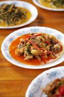 Chiuda sul curry piccante tailandese del porco foto