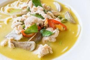spaghetti tailandesi verdi del pollo al curry foto