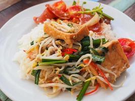 germogli di soia saltati in padella con tofu. foto