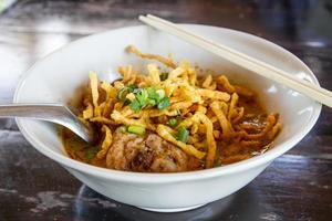 khao soi, zuppa di curry di pasta tailandese settentrionale foto