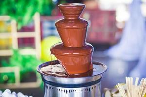 fontana di cioccolato con fonduta, frutta e marshmallow sulla festa dei bambini