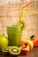 frullato verde sano servito in un bicchiere decorato