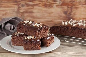 torta di pan di zenzero con cioccolato e nocciole foto