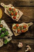 salsa di pomodorini arrosto e ricotta su pane tostato