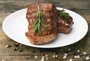 bistecca di manzo su un tavolo di legno. foto