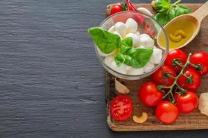 panino con ingredienti insalata caprese foto