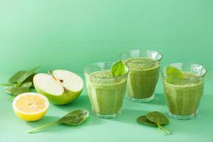frullato verde sano con foglie di spinaci mela e limone foto