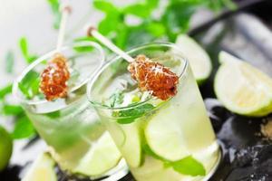 limonata con limone e lime freschi foto