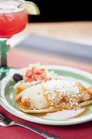 cibo messicano: tamales e margarita alla fragola foto