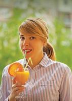 ragazza con succo d'arancia foto