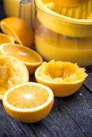 succo d'arancia fatto in casa, appena spremuto foto