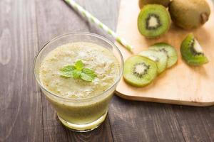 frullato di kiwi con frutta fresca sul tavolo di legno