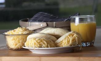 colazione con arepa di formaggio gouda foto