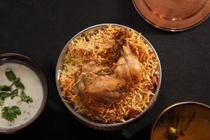 hyderabadi biryani - un popolare piatto di pollo o montone foto