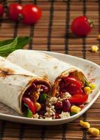 cibo messicano tradizionale, burritos con carne e fagioli, selectiv foto