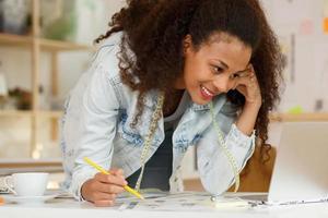 artista creativo sorridente durante il lavoro