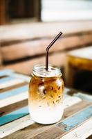 bicchiere di caffè ghiacciato sul tavolo di legno