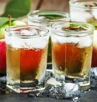 succo di mela fresco e rinfrescante con ghiaccio e frutta foto