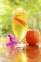 succo di mela e mela rossa foto