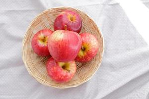 mele frutta nel cestino e tessuto foto