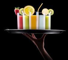 gustosi frutti estivi con succo di frutta in vetro foto