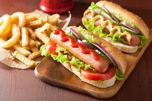 hot dog con senape ketchup e verdure