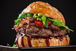 delizioso hamburger su sfondo scuro
