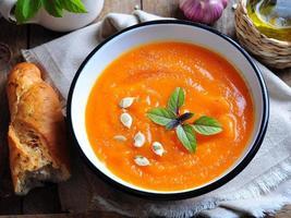 zuppa di zucca vegetariana con aglio, basilico e olio d'oliva
