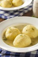 zuppa di matzo calda fatta in casa foto