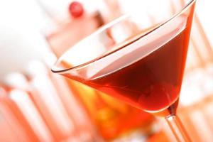 Close up di bere nel bicchiere da martini