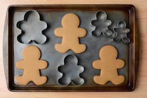 biscotti e taglierine dell'uomo di pan di zenzero foto