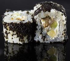 sushi su sfondo nero foto